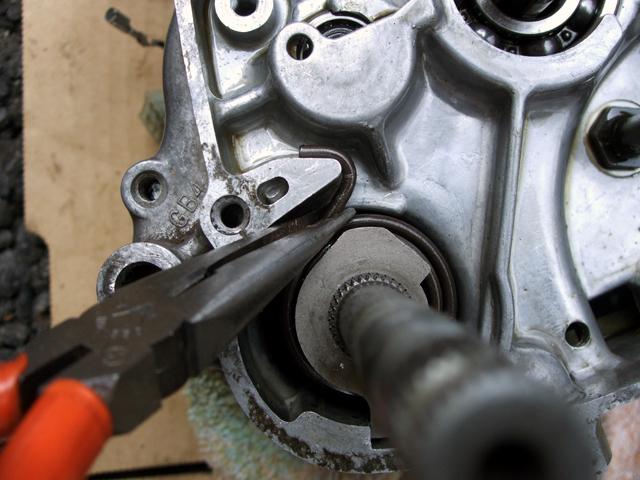 モンキーのエンジン分解にラジオペンチを使用
