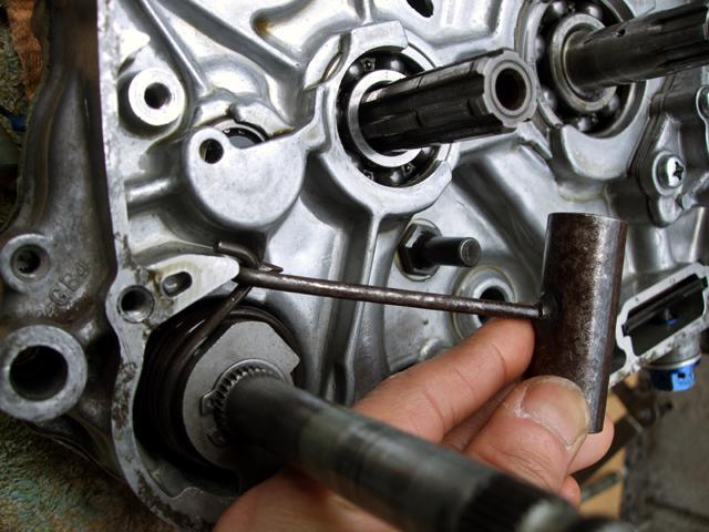 モンキーのエンジン分解にスプリングフックを使用